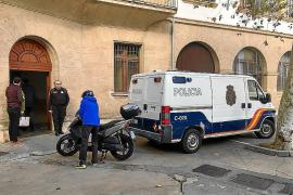 La Policía Nacional intercepta a un preso que se escapó por el techo del furgón en Palma .