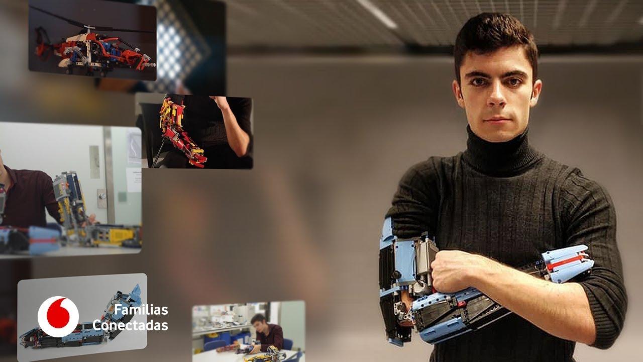 Un joven se construye un brazo robótico con piezas de Lego