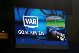 Los jugadores que pidan el VAR serán amonestados en las competiciones de la UEFA