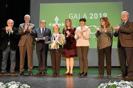 La Asociación contra el Cáncer premia al Grup Serra y la voluntaria María Nadal