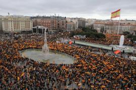 Miles de personas exigen en Madrid elecciones a Pedro Sánchez