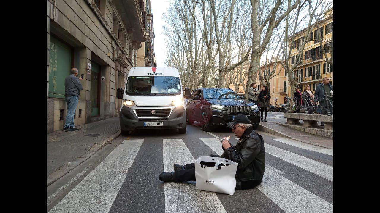 El jubilado indignado con la Justicia cumple su promesa y corta el tráfico en la Rambla de Palma
