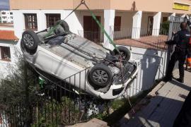 Herida una joven tras sufrir una caída de cuatro metros con su coche en el centro de Ibiza