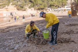 La limpieza de la playa de Benirràs, en imágenes (Fotos: Mohamed Chendri).