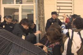 La policía denuncia patadas, golpes en la cabeza y mordiscos en el desalojo de Can Capes