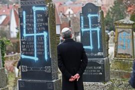 Vándalos pintan consignas antisemitas en un cementerio judío en Francia