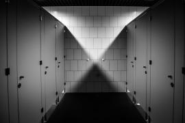 Despedido por fotografiarse desnudo en los baños del trabajo