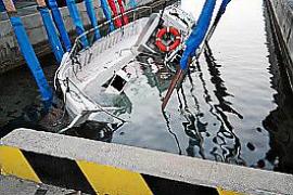 Remolcan el pesquero volcado por un ferry en el Port d'Alcudia