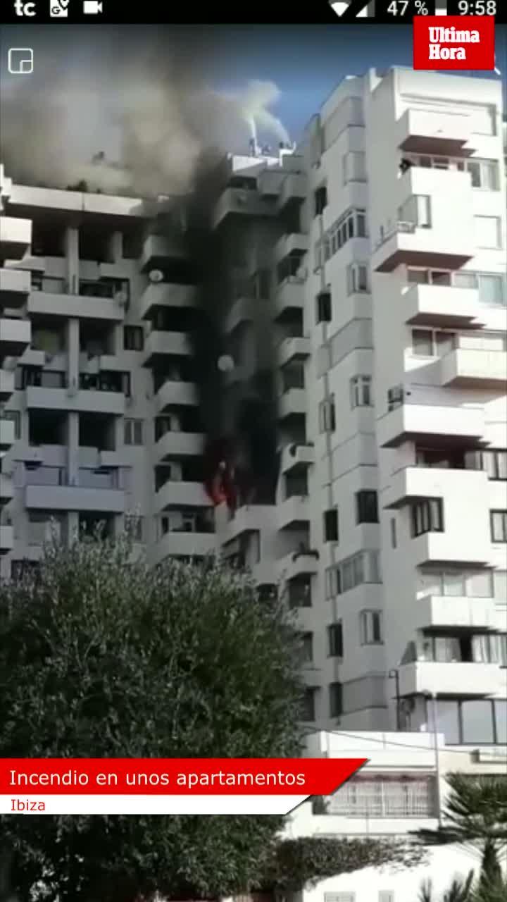 Alarma en Ibiza por un peligroso incendio en un edificio de apartamentos