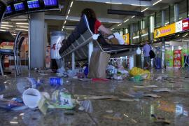 Trabajadores de la limpieza del aeropuerto de Palma convocan una concentración y no descartan una huelga