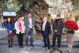 Homenaje al empresario que donó el olivo de la plaza de Cort