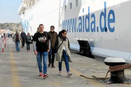 Empieza la temporada de cruceros en Ibiza a pesar de que muchos comercios permanecen cerrados