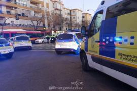 Muere un motorista al golpearse con un semáforo tras atropellar a una mujer