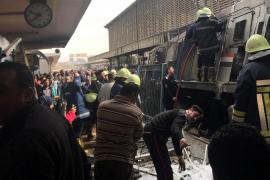 Decenas de muertos por un choque y virulento incendio en la principal estación de tren de El Cairo