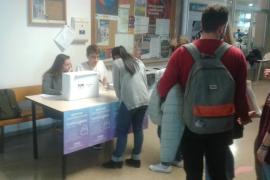 Los estudiantes de la UIB votan: ¿Monarquía o república?