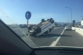 Un vehículo vuelca en el acceso a la autopista desde El Molinar