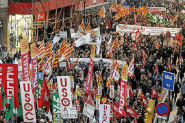 Miles de funcionarios catalanes salen a la calle contra los recortes