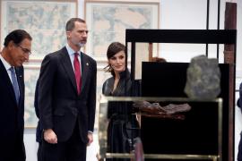 Los Reyes evitan en ARCO el 'ninot' de Felipe VI