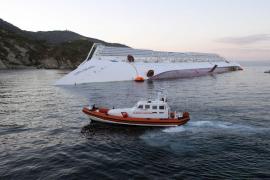 Testigos afirman haber visto al capitán del 'Costa Concordia'  junto a una joven moldava en el puente de mando