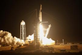 SpaceX lanza con éxito su primera cápsula diseñada para tripulación rumbo a la Estación Espacial
