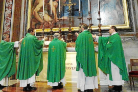 El obispo celebra misa en El Vaticano