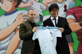 Andrés Iniesta se hace niño en Japón con sus ídolos 'Oliver y Benji'