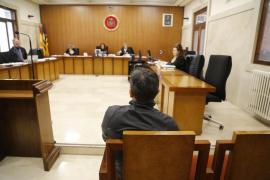 El acusado de violar a su hijastra de 11 años en Peguera reconoce que tocó a la niña