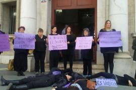 'Performance' feminista ante los Juzgados de Vía Alemania