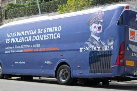La Policía de Valencia detiene el bus de HazteOír para que quite sus pegatinas