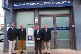 Instalan un desfibrilador en una zona de Son Castelló con muchos trabajadores