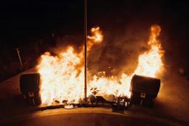 Incendio de varios contenedores en Camp Redó