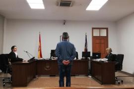 Dos años de prisión por robar un paraguas, una revista y cervezas en Santa Ponça