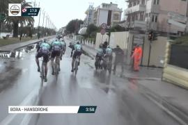 Un peatón tira a dos ciclistas del Bora en la Tirreno-Adriático