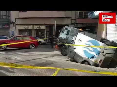 Un socavón 'engulle' un vehículo de limpieza de Emaya