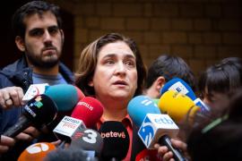 Colau vuelve a poner los lazos amarillos en la fachada del Ayuntamiento de Barcelona