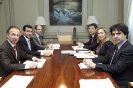Delgado pide a Fomento un billete único un 25 % más barato para los vuelos interislas