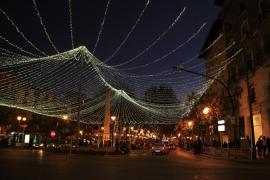 Un manto de luz Navideña, sobre La Plaza de las Tortugas / Palma