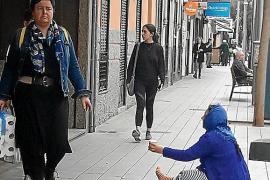 Comerciantes de Blanquerna, contra un grupo de rumanos que pide en la calle