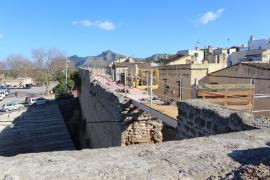 La rehabilitación de la muralla medieval de Alcúdia acabará antes del verano