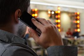 ¿Escucha tu teléfono móvil las conversaciones?