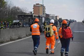 Un conductor prende fuego a un autobús escolar en Italia como protesta por la muerte de migrantes en el mar