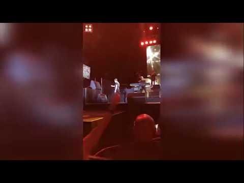 Luis Miguel le lanza el micrófono a un técnico de sonido durante un concierto
