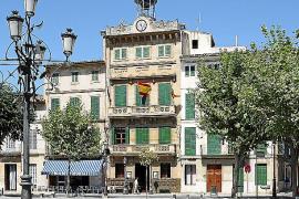 La crisis obliga al Ajuntament a recortar los 'privilegios' de los funcionarios municipales