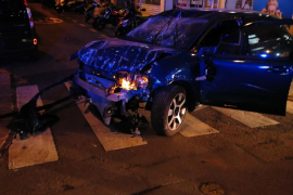 Un conductor borracho se empotra contra una entidad bancaria en las Avenidas