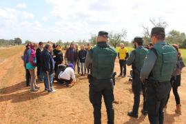La Guardia Civil identifica, a pie de obra, a los 'poetas antiautopista' en Llucmajor