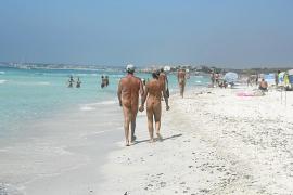 Podemos propone permitir el nudismo en los chiringuitos y el Parlament lo rechaza