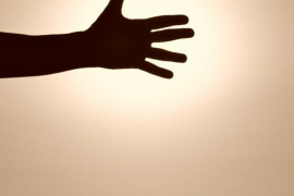 una mano al sol