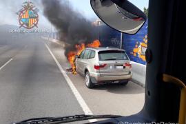 Un coche en llamas provoca largas retenciones en la Vía de Cintura