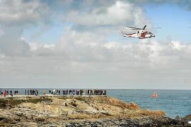 Un policía muerto y dos desaparecidos al intentar salvar a un joven que cayó al mar