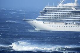 El crucero noruego navega por sí mismo y suspenden la evacuación del pasaje